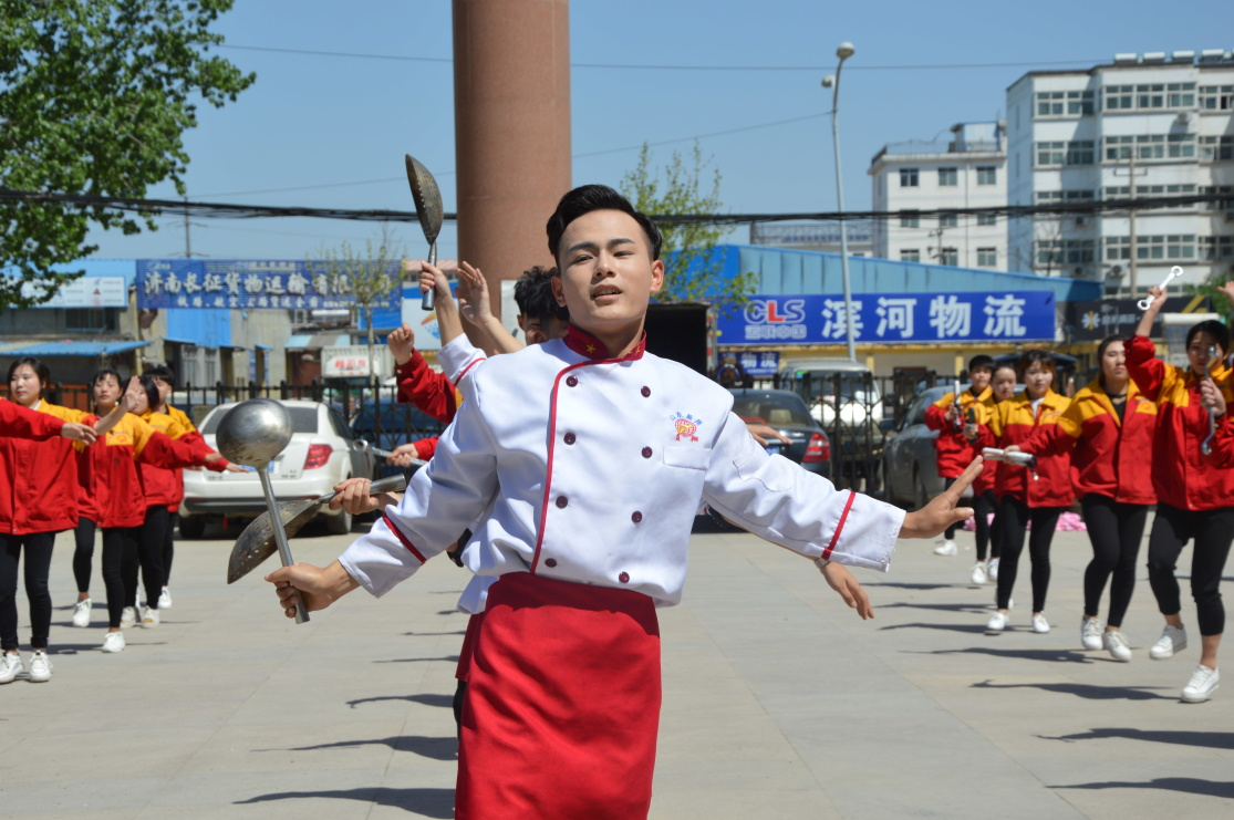蓝翔厨师学校与山东电视台合作  百人齐跳新奇神曲